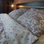 Удобная двуспальная кровать.