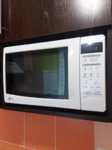 Микроволновка на кухне.