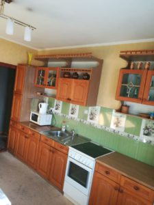 На кухне - кухонный гарнитур, плита пр.