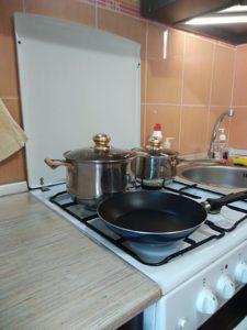 Квартира посуточно, на кухне есть необходимая посуда.