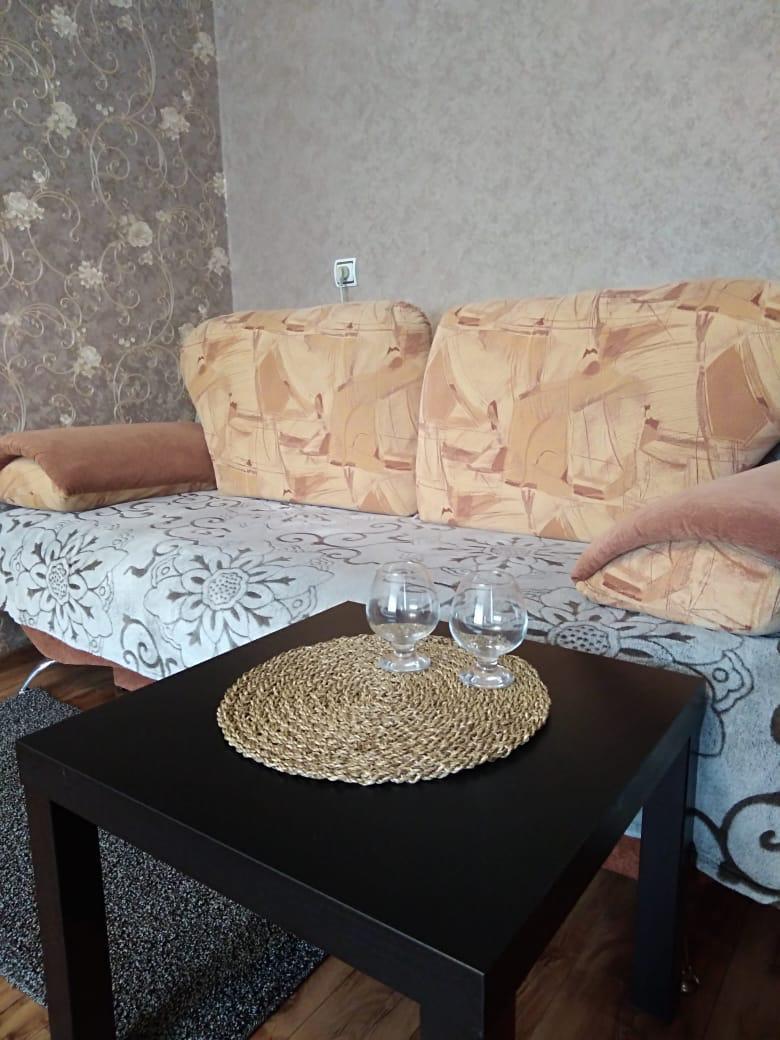 Квартира по суткам - диван - дополнительные спальные места.